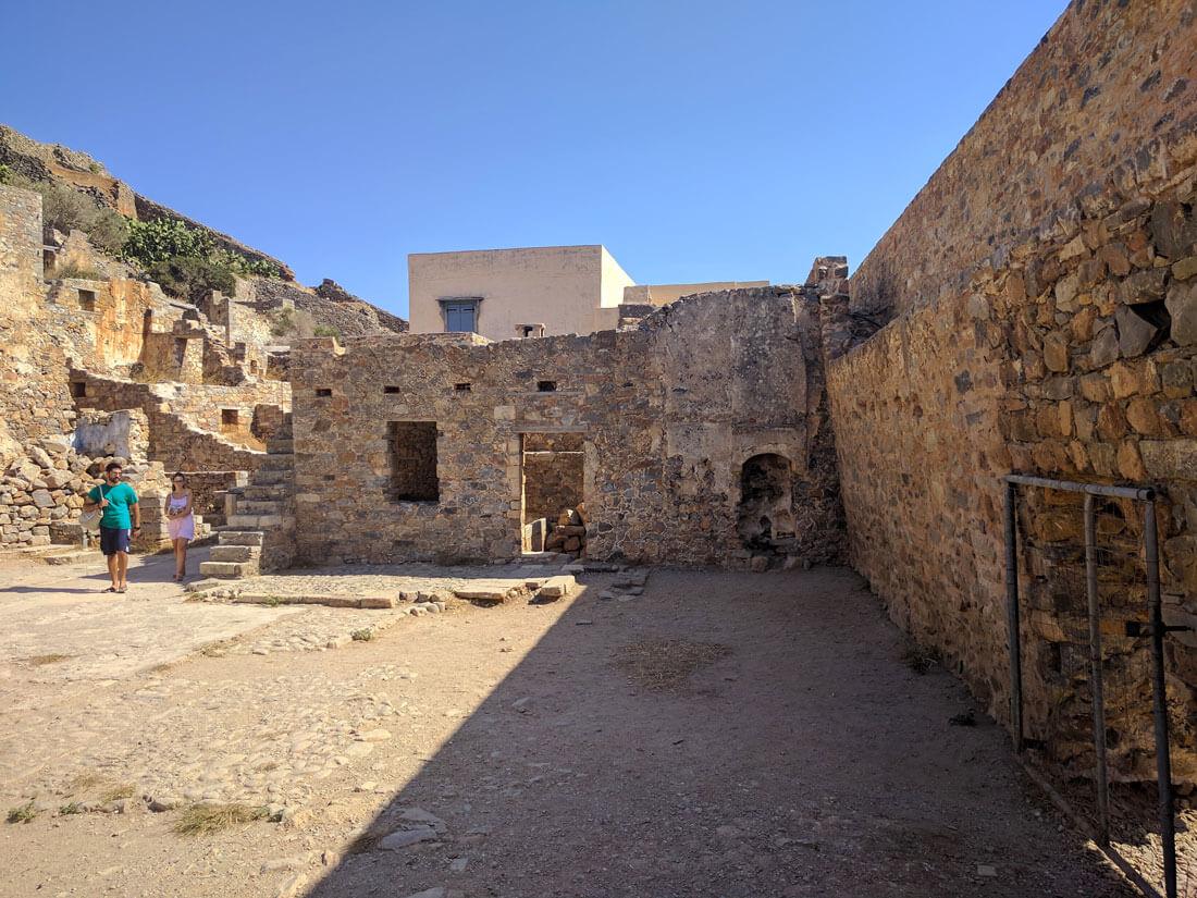 Экскурсии по крепости Спиналонга позволяют прогуляться по узким улочкам крепости,  ощутить невероятную  атмосферу