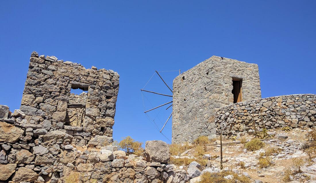 фото этих мельниц мы сделали во время экскурсии к плато Лассити