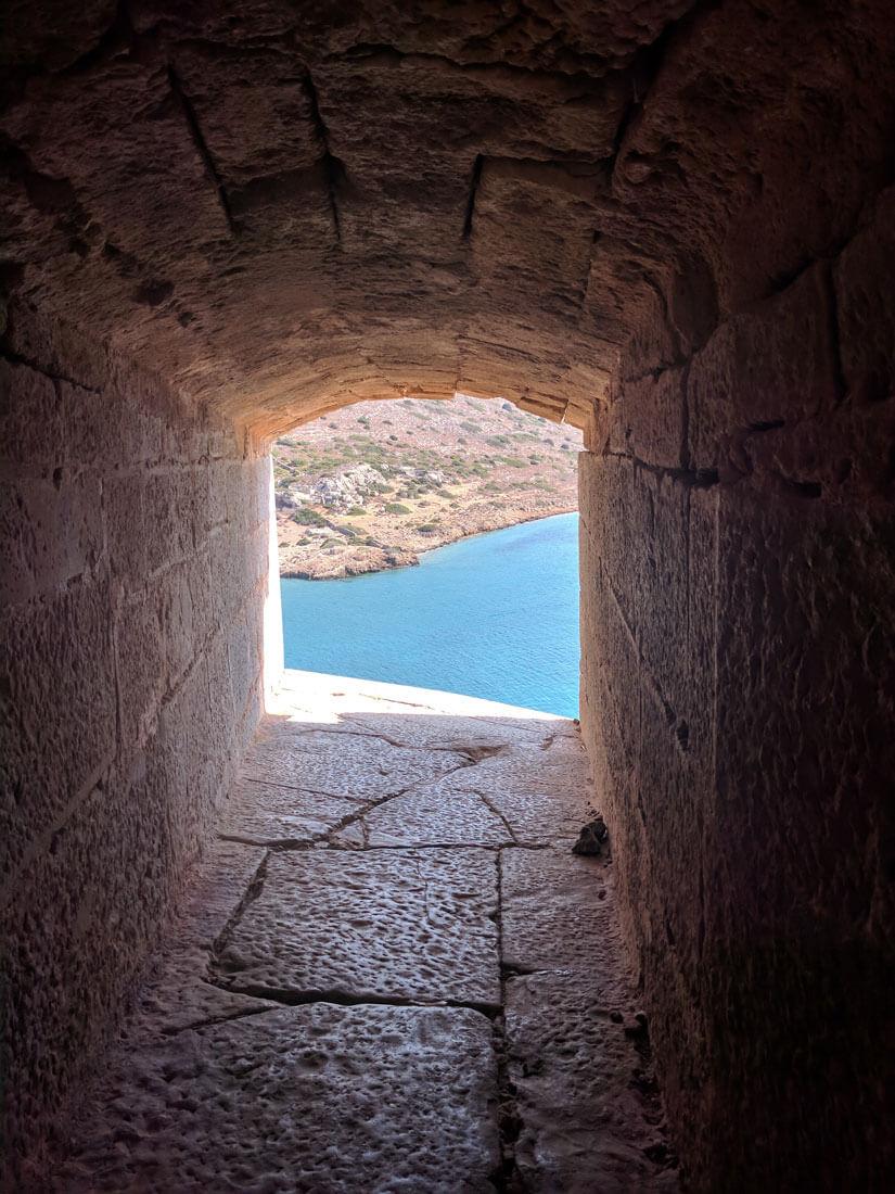 фото из бойницы крепости на острове Спиналонга, Крит