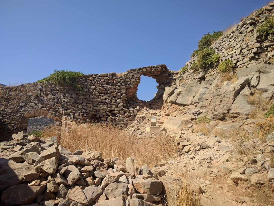 стены крепости, что на острове Спиналонга пропитаны историей сражений  османов и венецианцев.