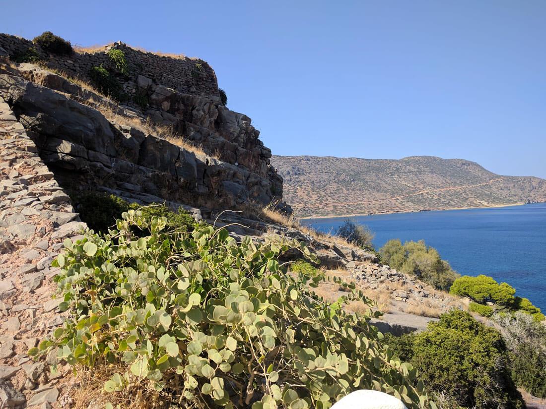 фото с видом на залив сделанное с крепостной стены на острове Спиналонга,  восточный Крит