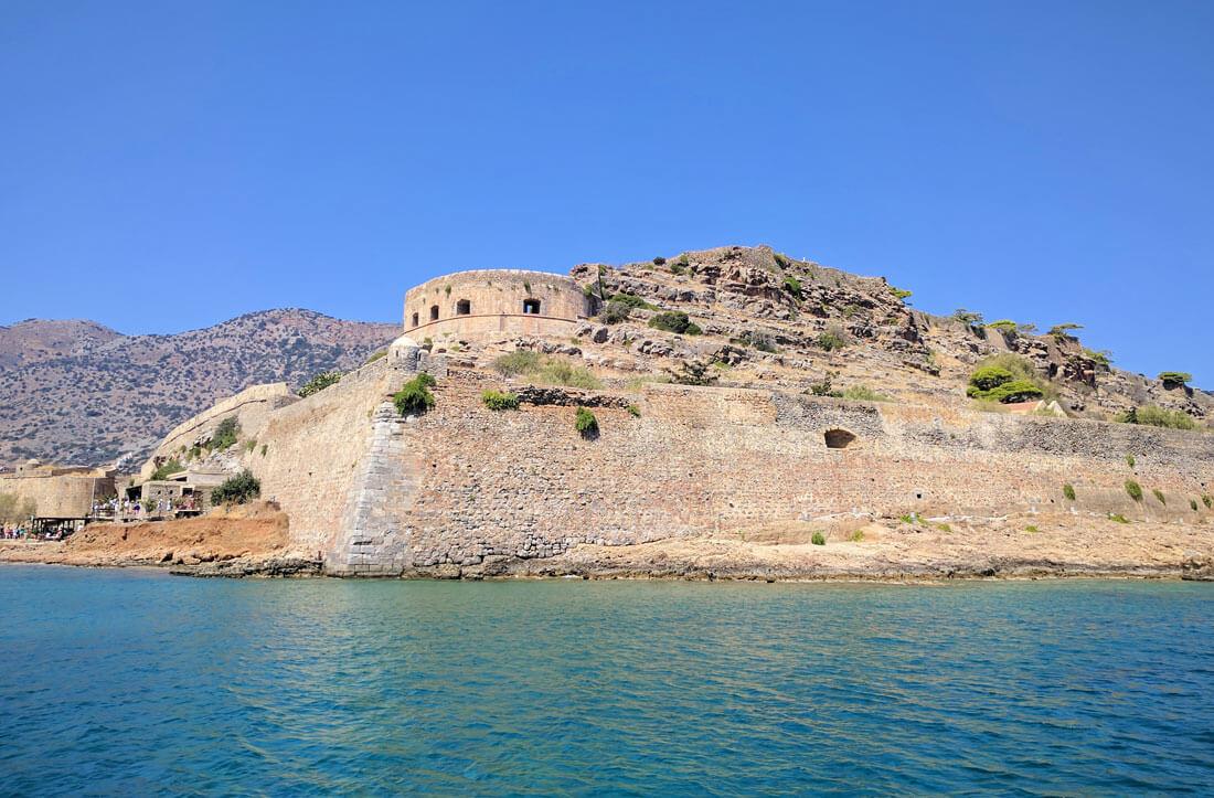 На острове Спиналонга расположена венецианскую крепость, которая была лепрозорием в первой половине двадцатого века