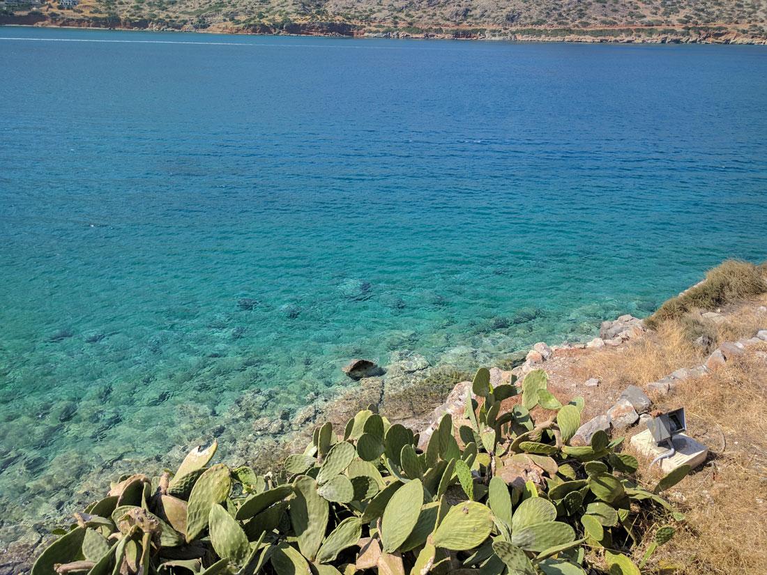 на фото видно лазурные воды критского моря омывающие остров Спиналонга